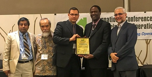 Professor Garza Reyes receiving an award