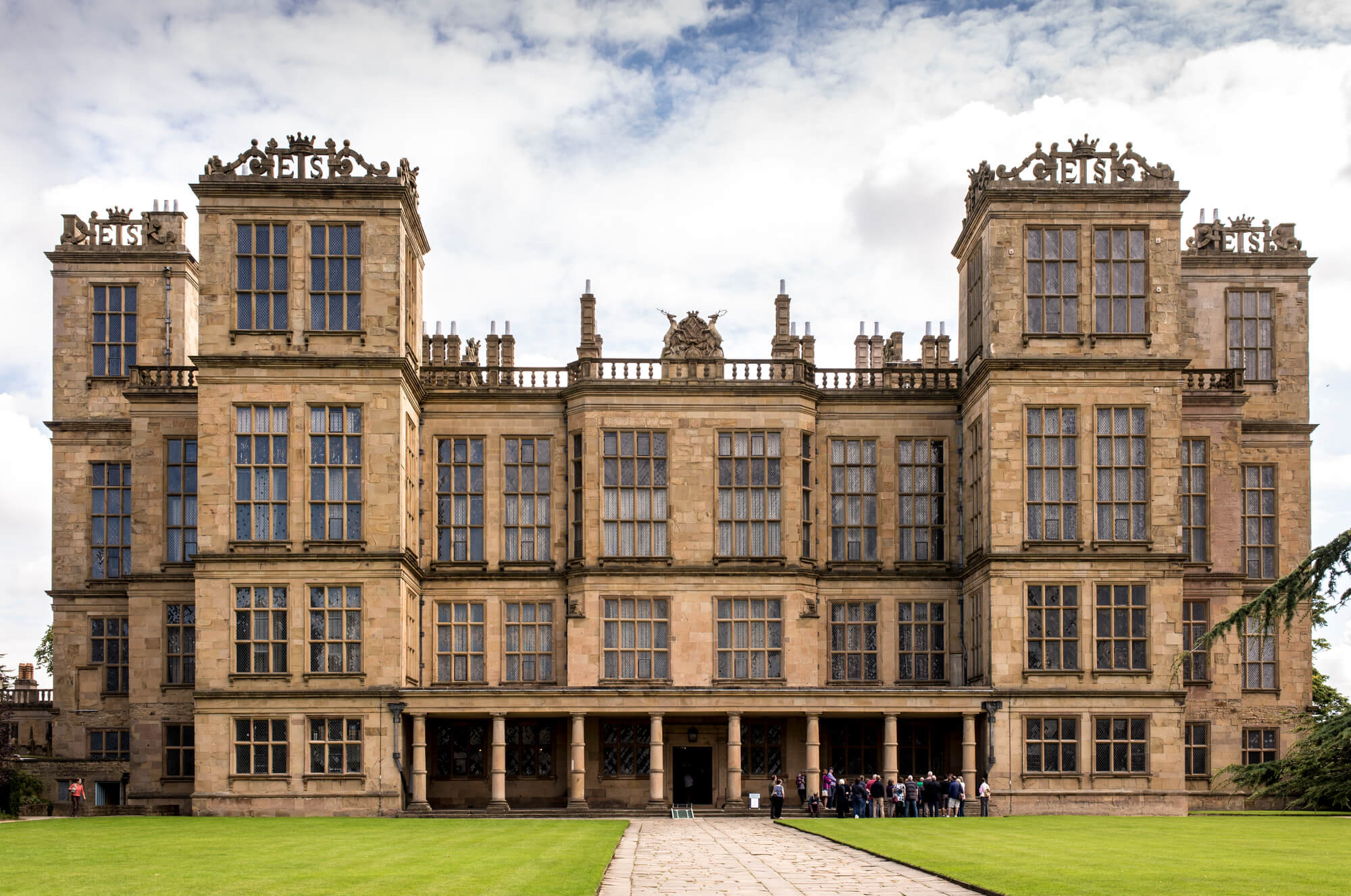 An image of Woolton hall on a summers day